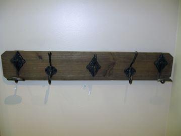Plaque de bois mural avec 5 crochets de metal