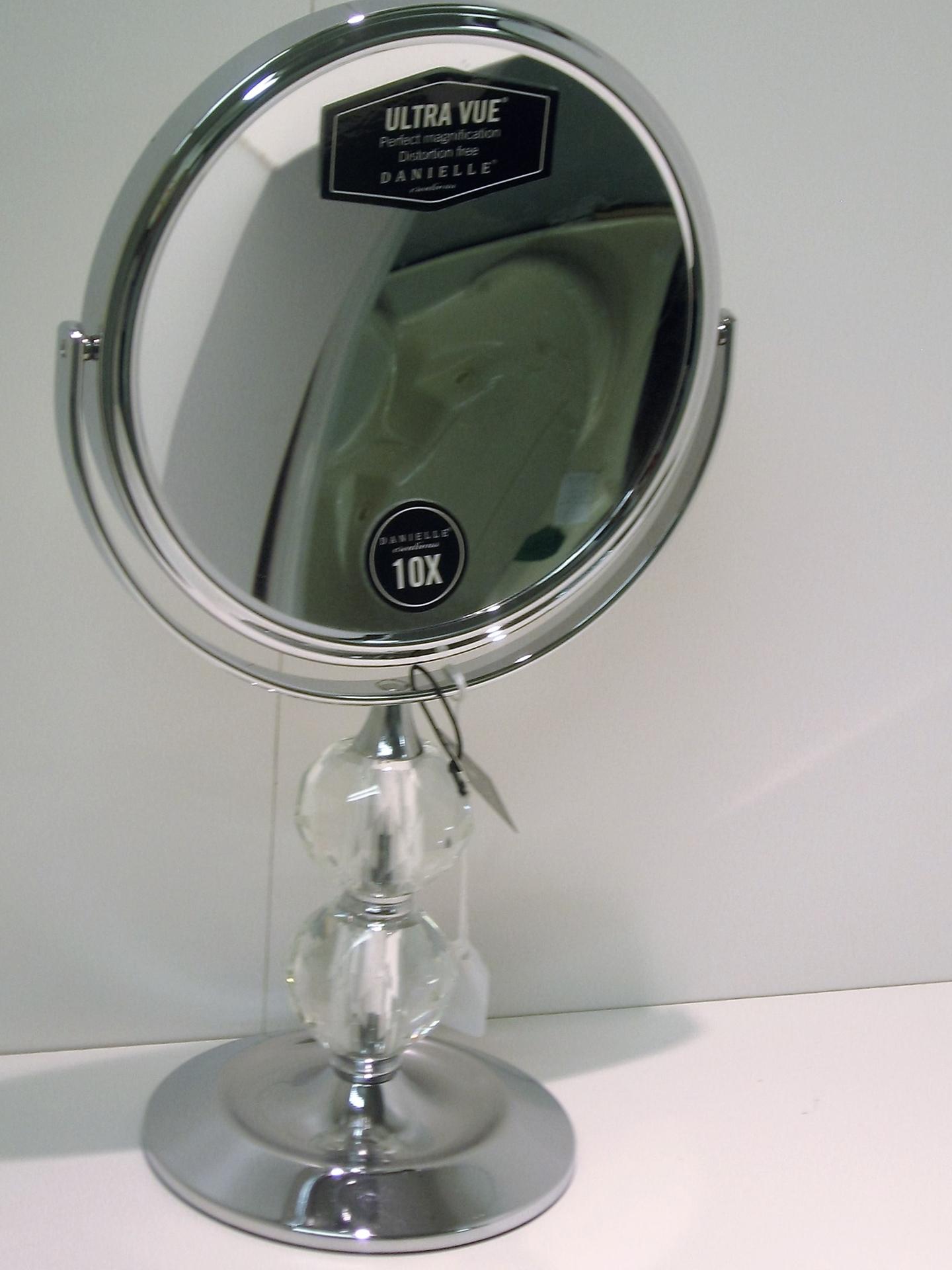 Miroir grossissant sur pied centre d 39 achats en ligne for Miroir sur pied soldes