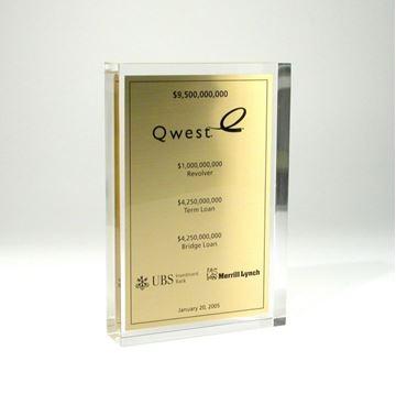 Acrylique clair sur mesure avec plaquette de brass