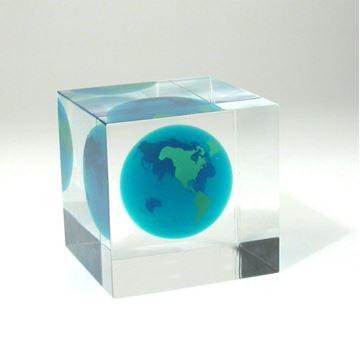 cube acrylique claire avec globe terrestre